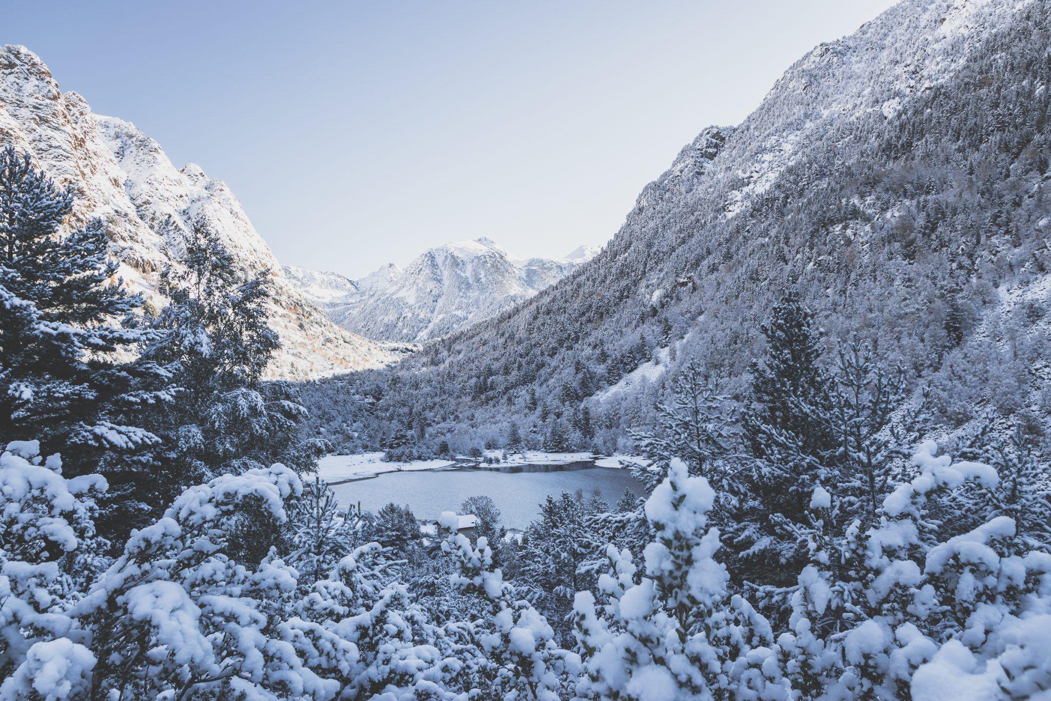 randonnée au parc national d'aiguestortes sous la neige