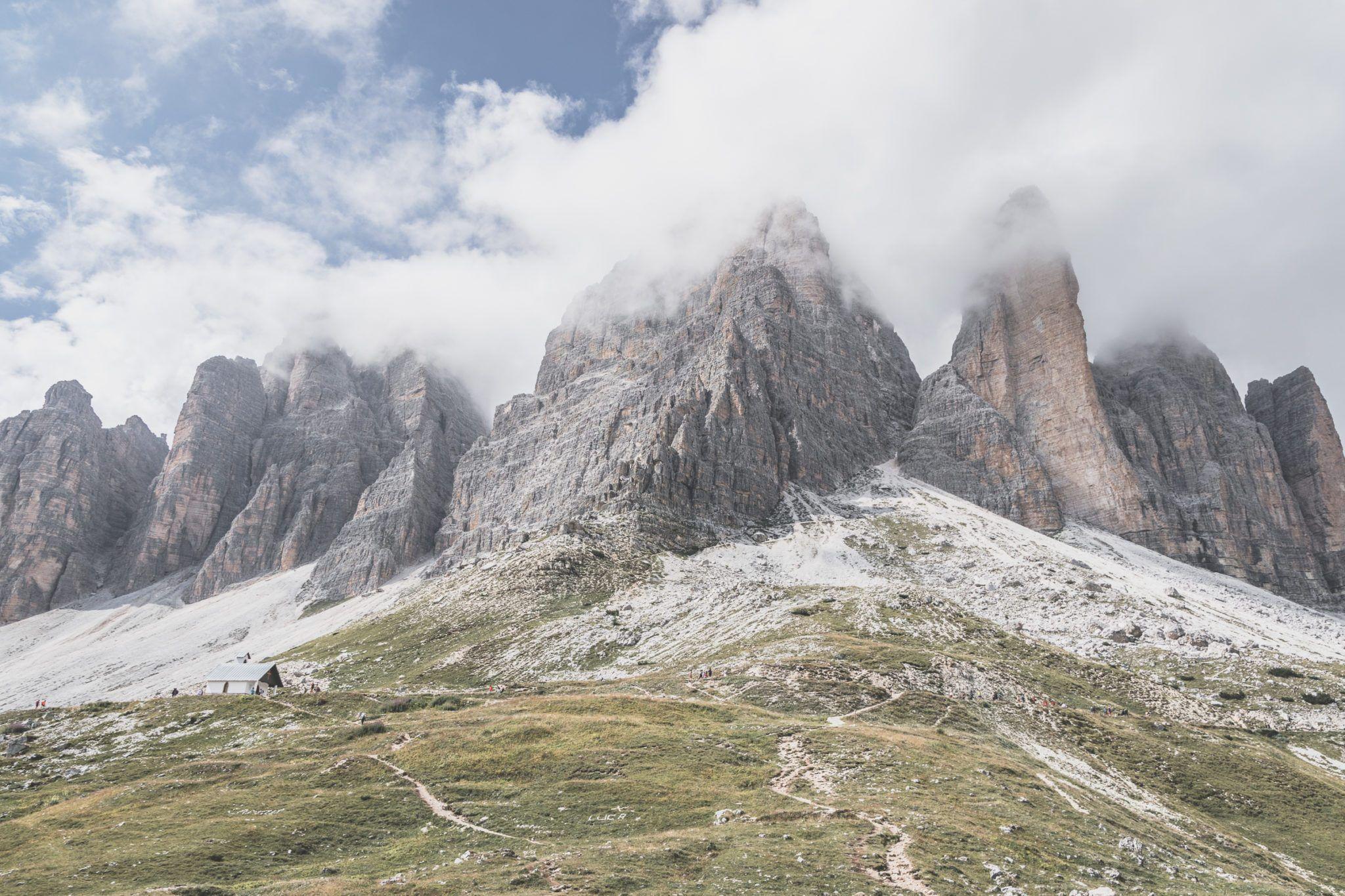 randonnée devant les pics du tre cime di laverado dans les dolomites italiennes