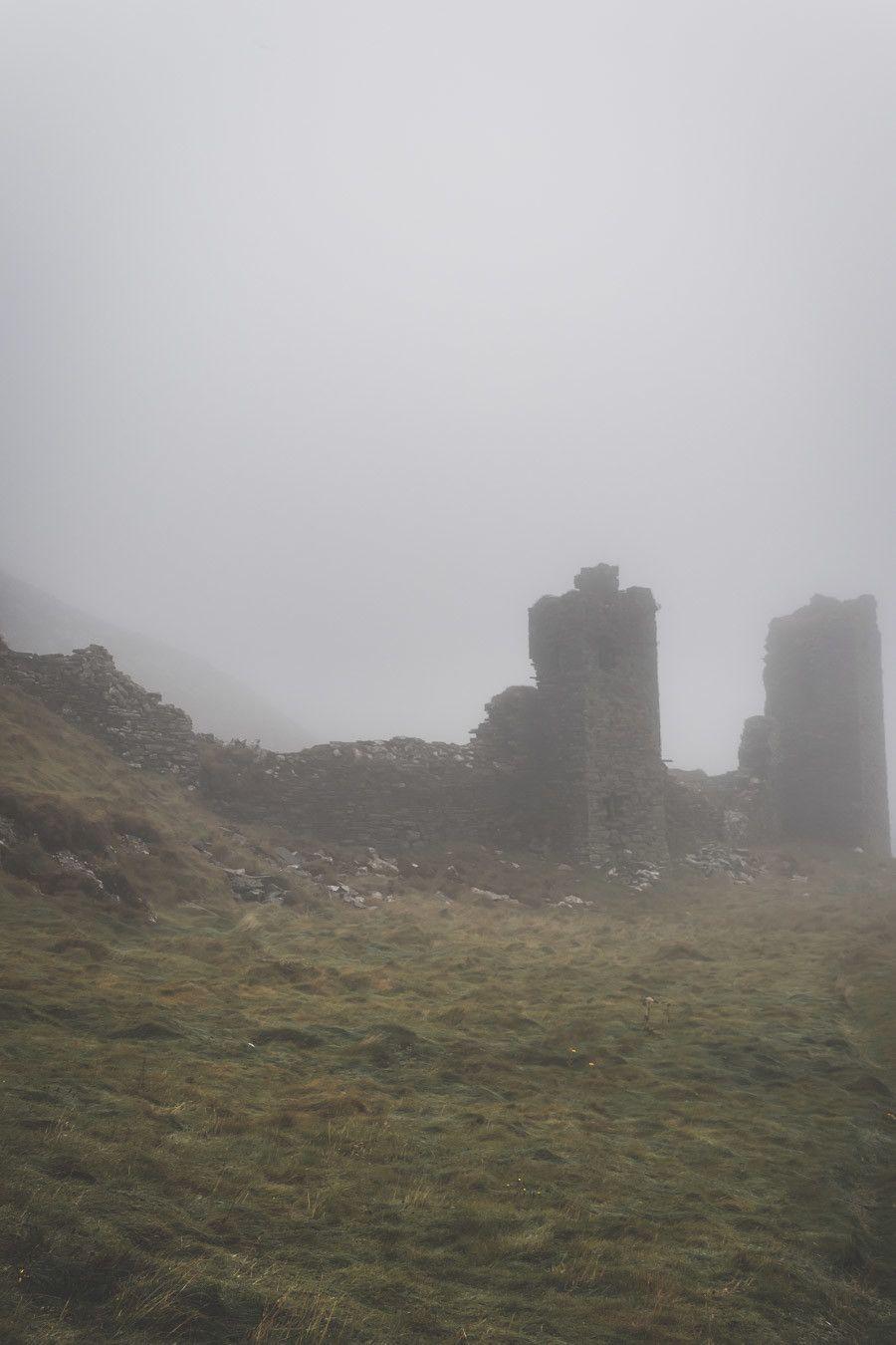 La brume et le brouillard devant les châteaux Irlandais