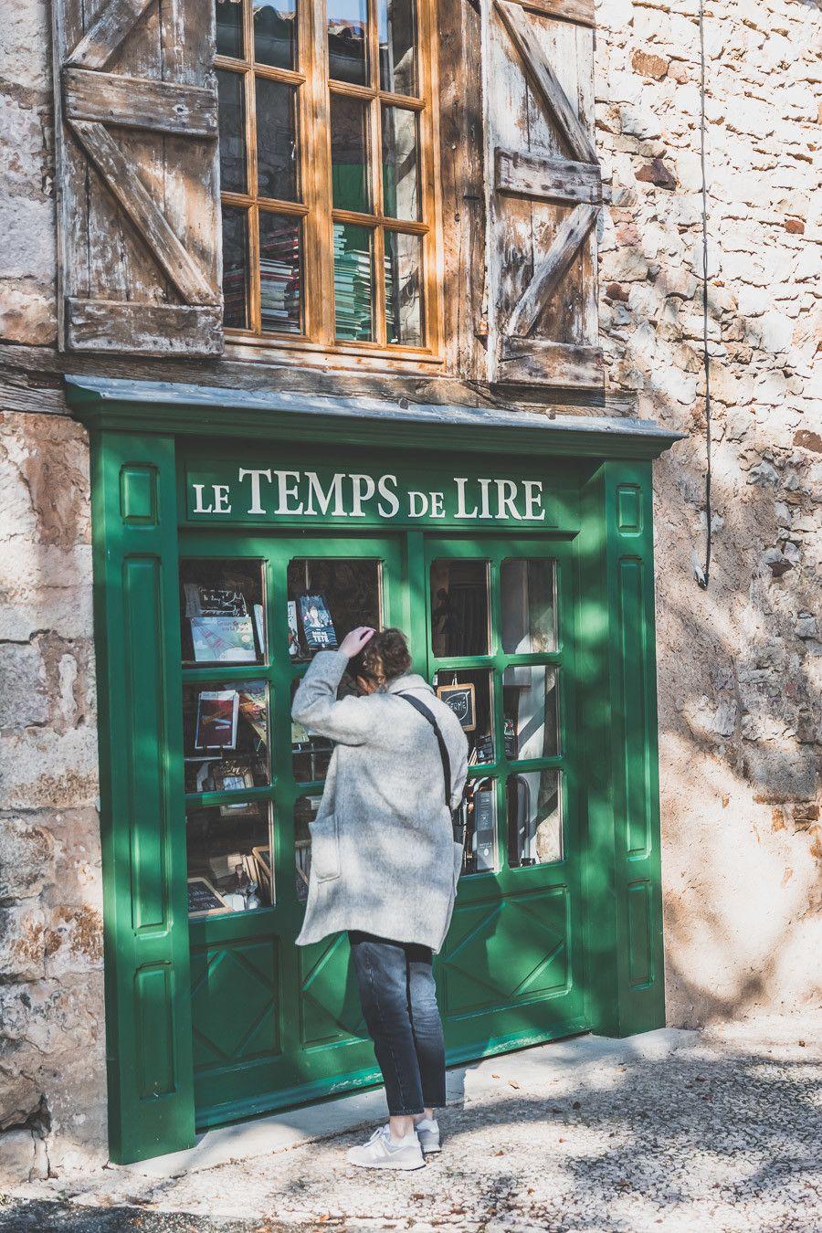 Façade d'une librairie à Puycelsi