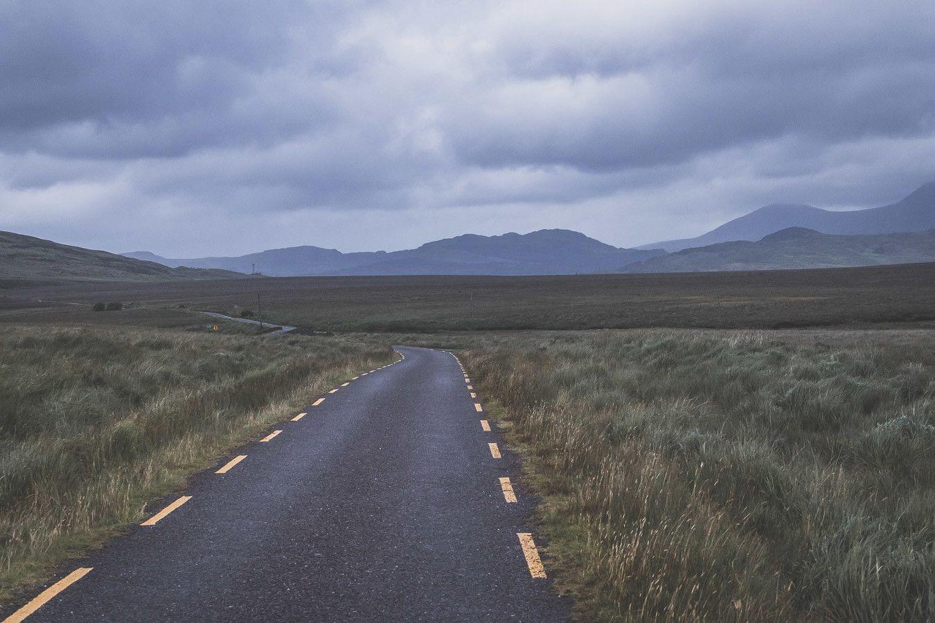 Rouler de nuit sur le Ballaghisheen Pass en Irlande