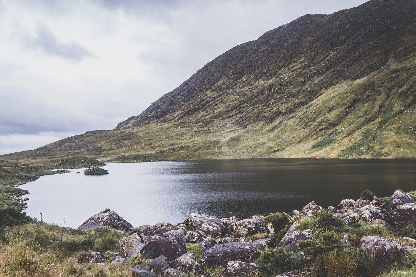 Vue sur le lac Barfinngy dans le comté de Kerry