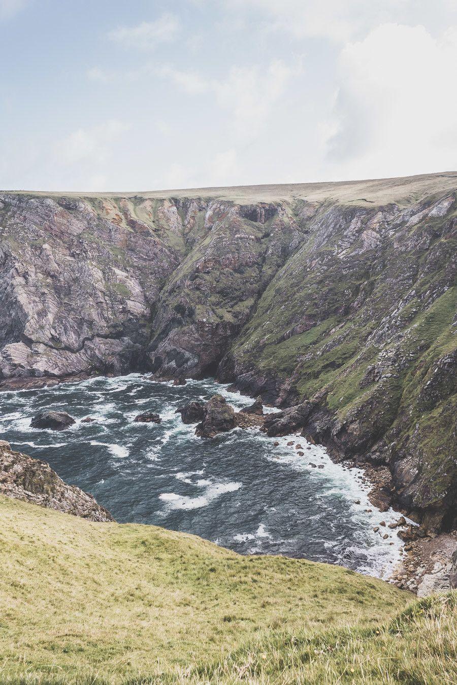 Les falaises de Benwee dans le comté de Mayo en Irlande