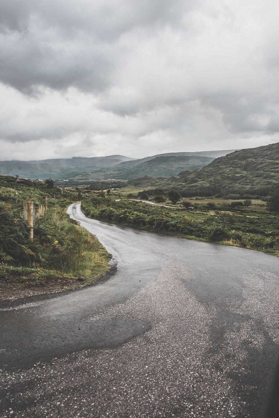 Les routes étroites de la Black Valley Road dans le comté de Kerry