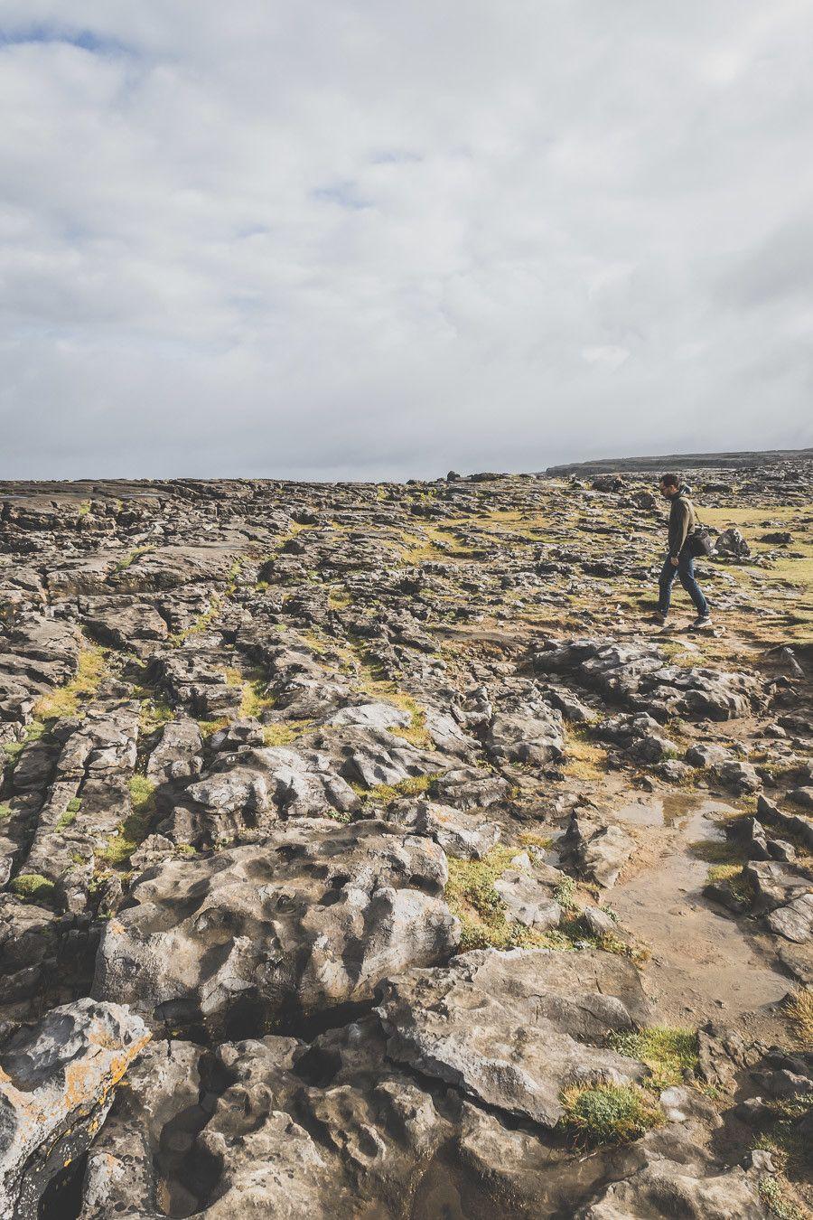 Vous planifiez un road trip en Irlande ? N'oubliez pas de passer par le Burren ! Cette superbe région géologique se situe dans le comté de Clare en Irlande et côtoie les célèbres Falaises de Moher / Cliffs of Moher Ireland / Irlande road trip / Road trip Irlande / Irlande paysage / Irlande voyage / Voyage Irlande / Irlande voyage / Voyage Irlande / Voyage en Irlande / Carnet de voyage en Irlande / Carnet voyage Irlande / Burren Ireland / Burren National Park Ireland /