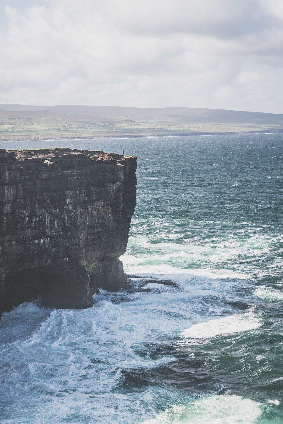 Les falaises de Downpatrick en Irlande