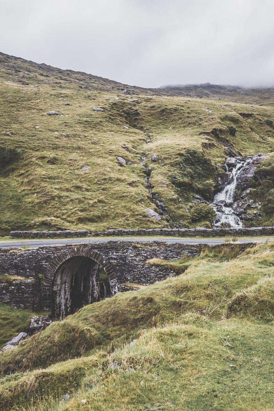 Les routes sinueuses en Irlande