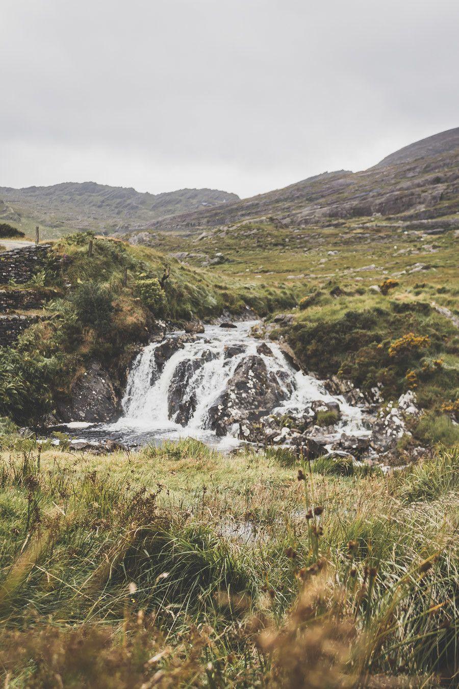 Cascade en bord de route sur la Healy Pass