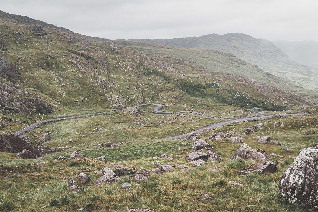 Les magnifiques routes sinueuses en Irlande