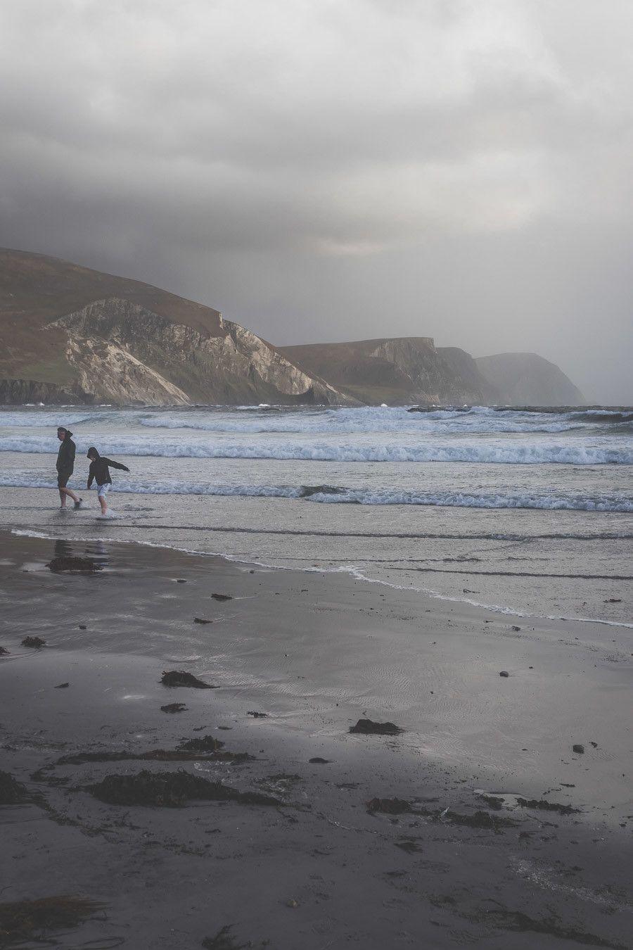 La plage de Keel Beach sur l'île d'Achill dans le comté de Mayo