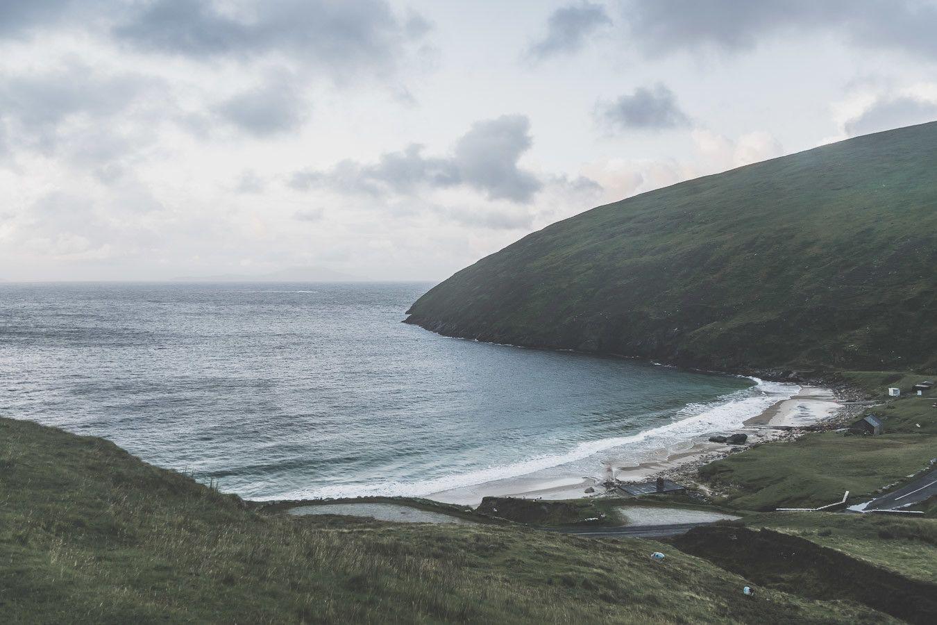 La plage de Keem Beach sur l'île d'Achill dans le comté de Mayo