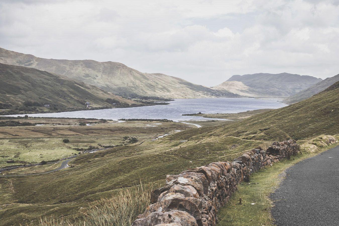 magnifique paysage depuis la route en irlande