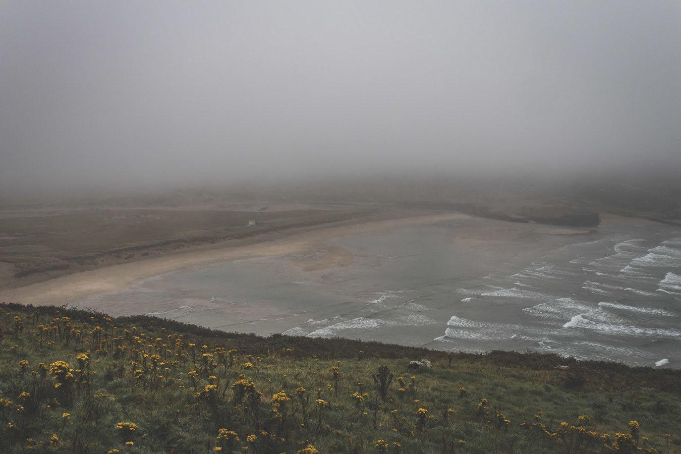 La plage de Barley Cove Beach sous le brouillard