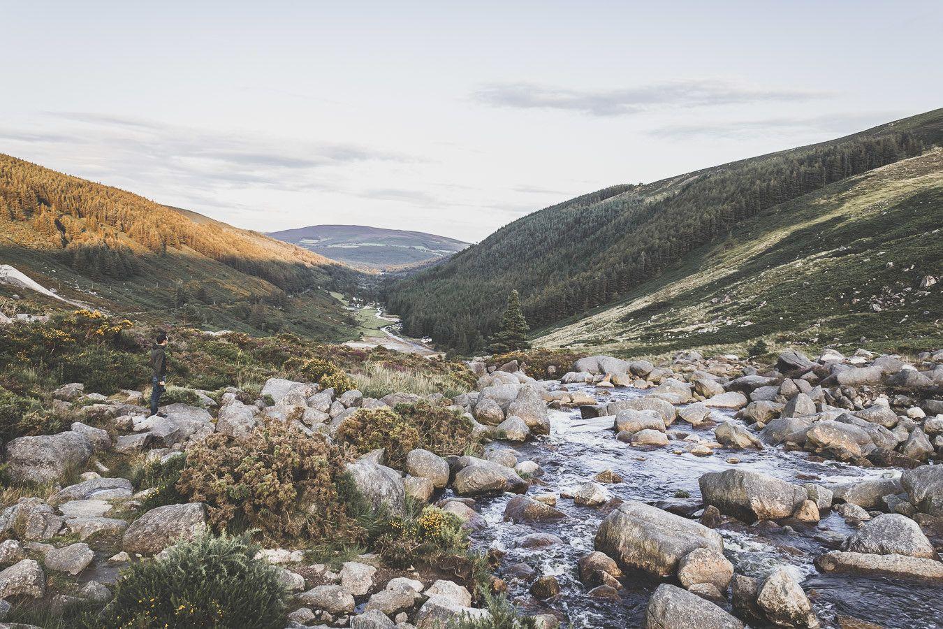 Vous rêvez ou planifiez un road trip en Irlande ? Vous partez en vacances à Dublin et souhaitez faire une excursion en dehors de la ville ? Pensez au Parc National des Montagnes de Wicklow ! C'est un paradis pour les randonneurs et pour les amoureux de grands espaces. Irlande road trip / Road trip Irlande / Irlande paysage / Irlande voyage / Voyage Irlande / Voyage en Irlande / Dublin / Wicklow ireland / Wicklow mountains / Wicklow Mountains National Park