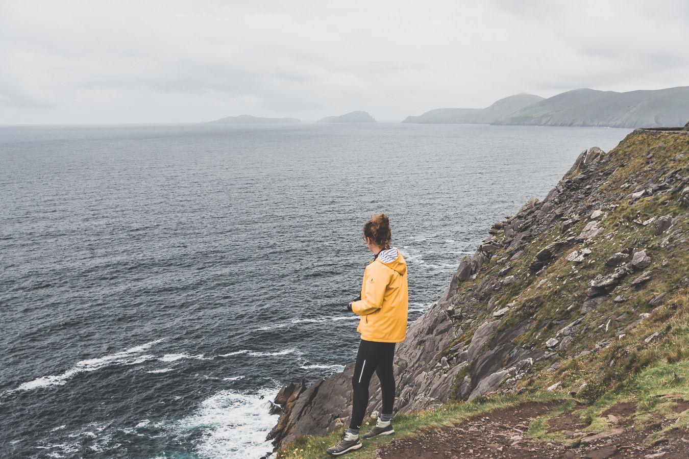 Vue sur les falaises irlandaises lors d'un road trip en van