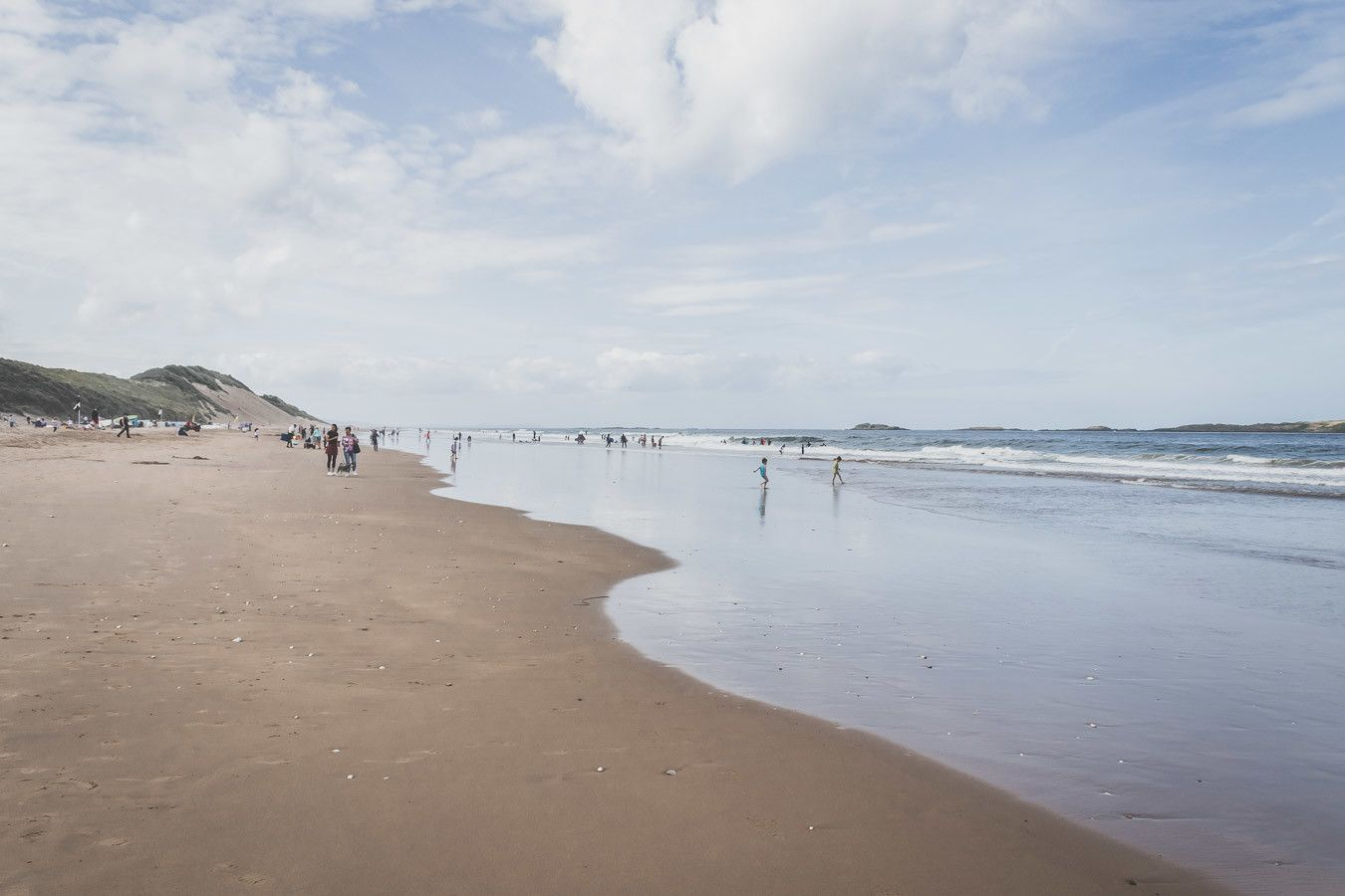 Mer et étendue de sable en Irlande du Nord