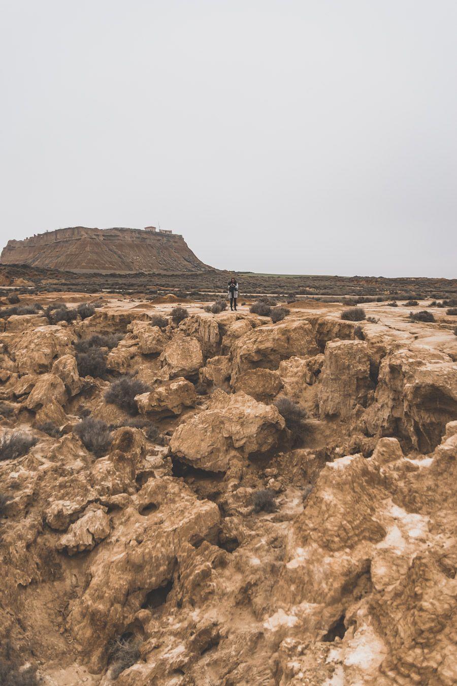 tout petit face à l'immensité du désert
