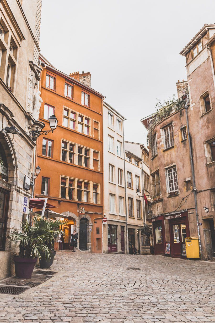 Place de la Trinité dans le Vieux-Lyon ?