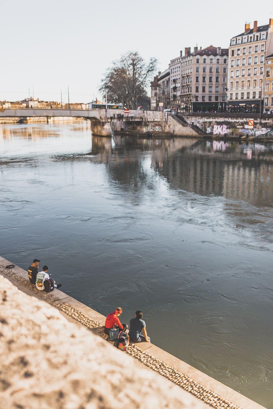 Personnes assises sur les Quais de Saône à Lyon