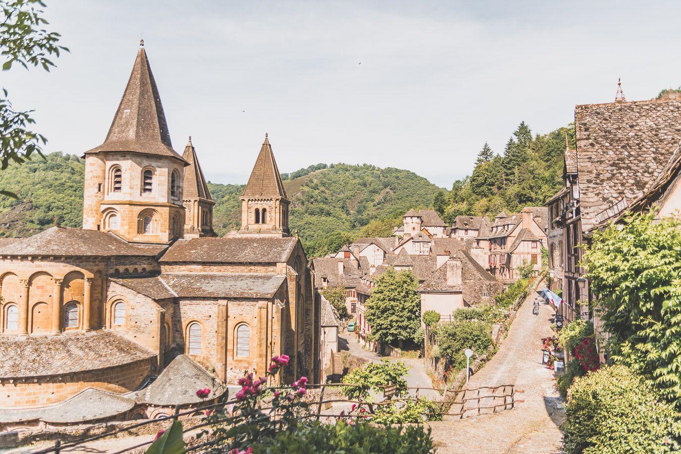 Vue sur le village de Conques