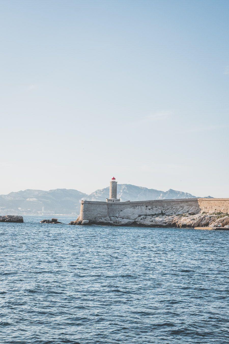 Tu es à Marseille et tu as envie de t'échapper du tumulte de la ville une journée? Tu planifies un voyage à Marseille? Suis le guide! Dans notre article, tu trouveras toutes les informations et beaucoup de photos qui te guideront dans ton excursion pour visiter les Iles du Frioul #marseille #frioul #mediterranée #france #provence #vacances / Randonnées / Baignade à Marseille / Vacances en France / Provence / Voyages en France / Nature / Destination nature / Plage Marseille / Calanques / Voyages