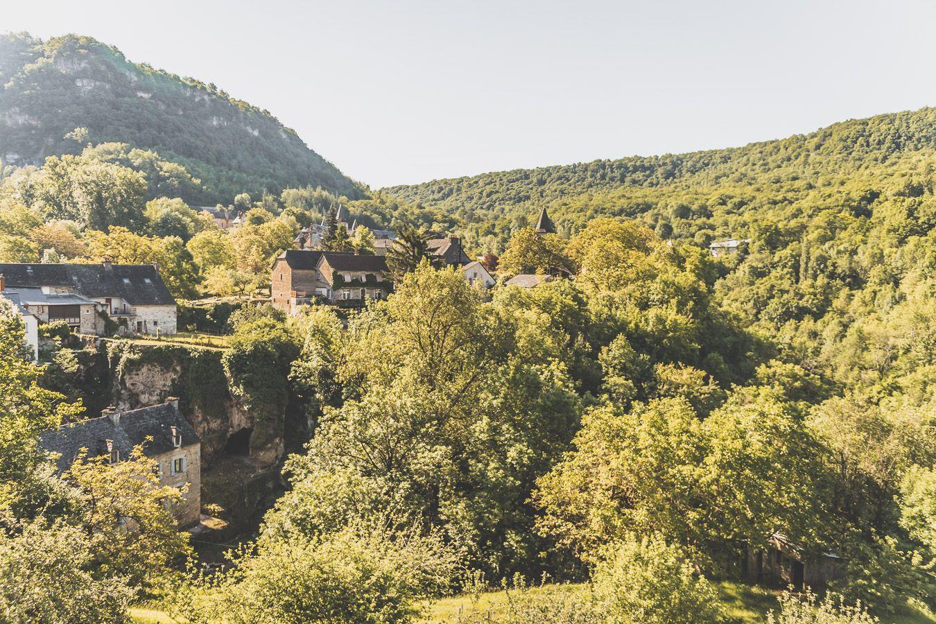 Bourg de Salles-la-Source au printemps