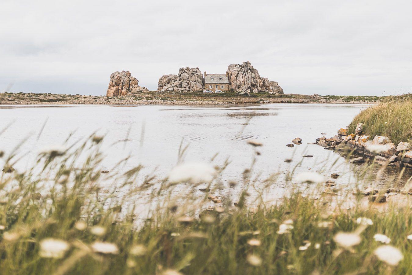 Plougrescant : la maison entre les deux rochers