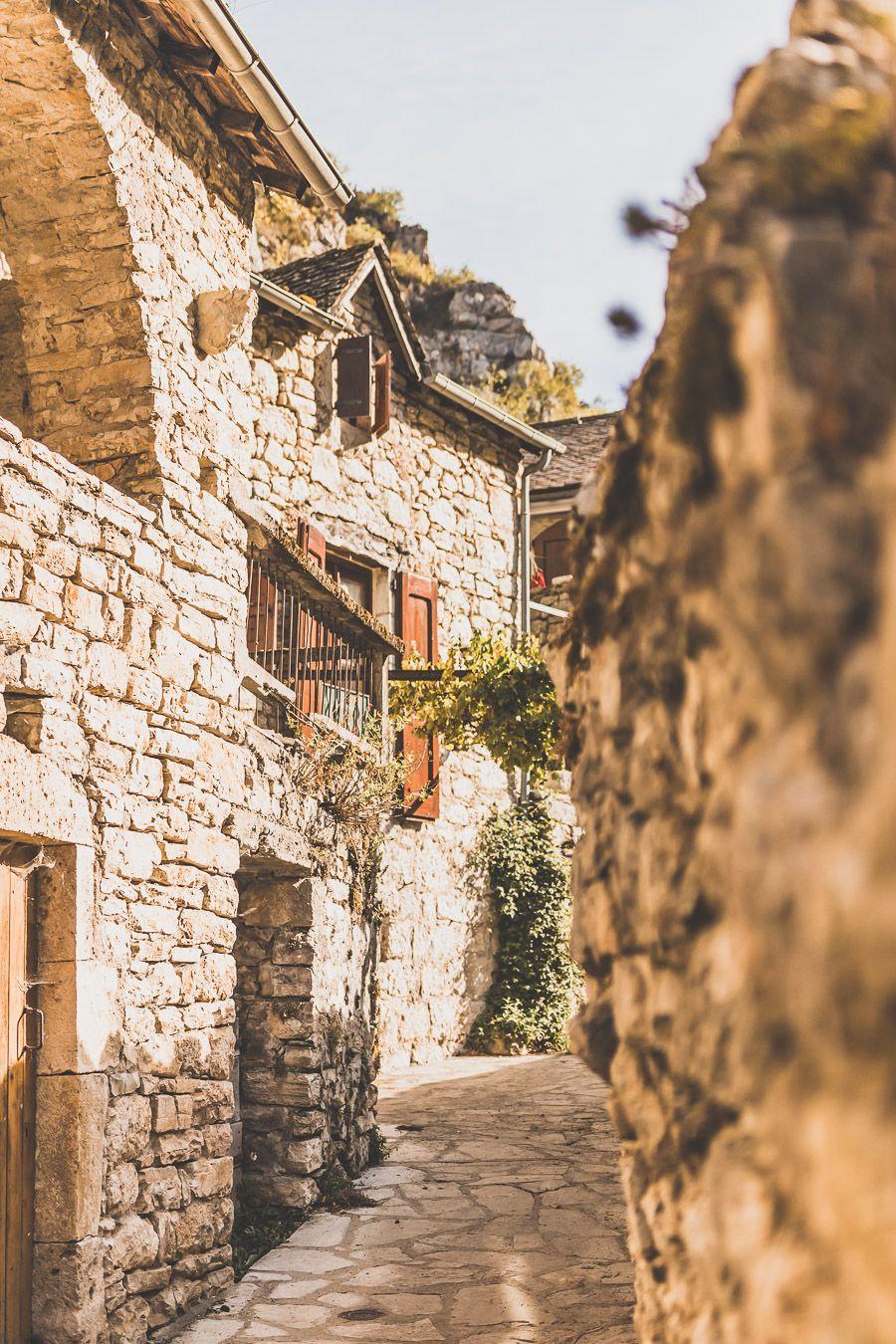 Maisons construites à flanc de falaises