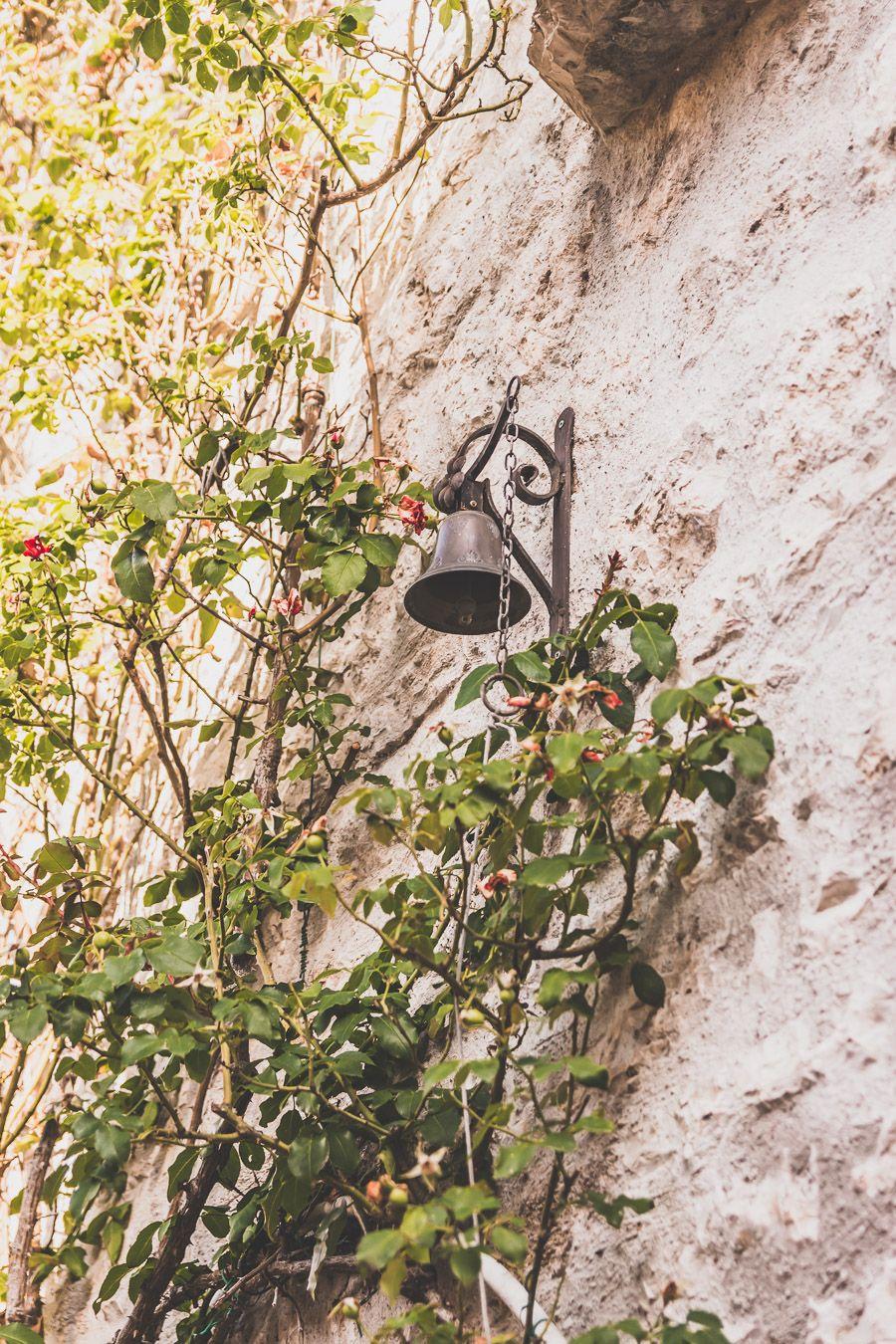 Cloche accrochée à un mur