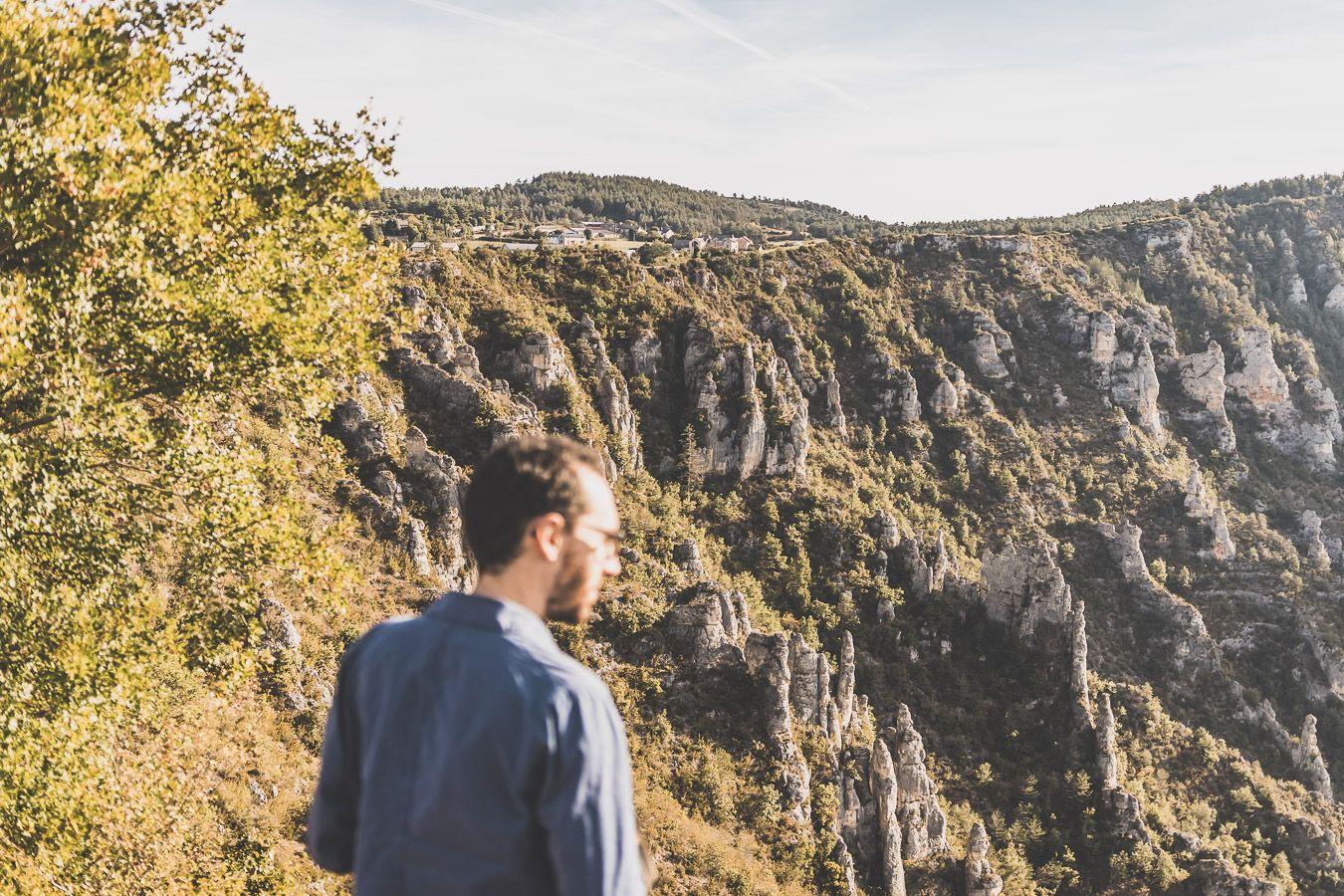 Julien admirant les falaises des Gorges du Tarn