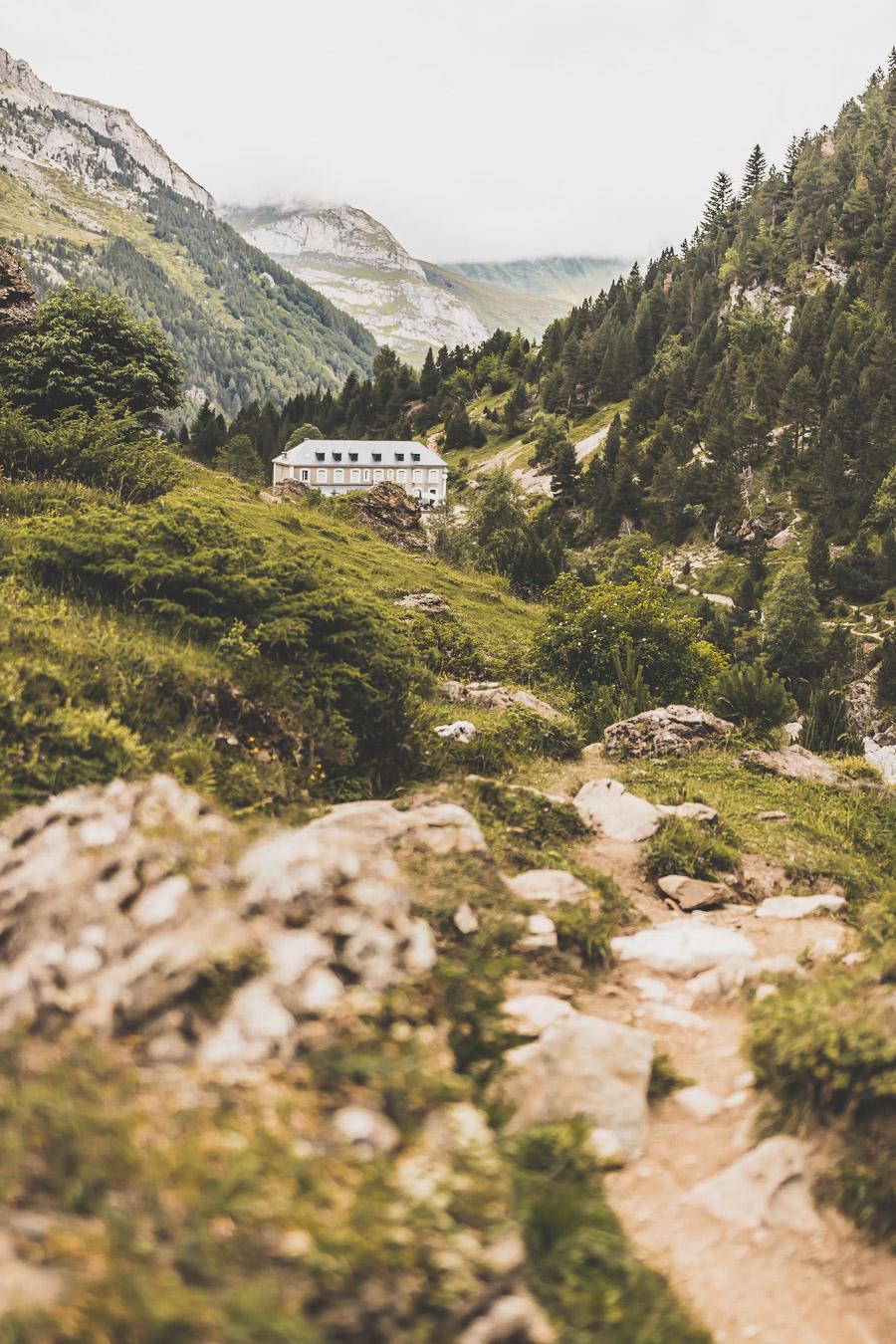 Vous voulez connaître les plus belles randonnées des Pyrénées... Suivez le guide ! Découvrir l'Occitanie / Voyage en France / Vacances en France / Travel in France / Voyage en Europe / Pyrenees moutains / Pyrenean mastiff / Pyreneeën frankrijk / pyrénées montagne / hautes pyrénées landscape / randonnée hautes pyrénées / paysage hautes pyrénées / rando hautes pyrénées / randonnée france / randonnée pyrénées / les plus belles randonnées en France / les plus belles randonnées Pyrénées / occitanie