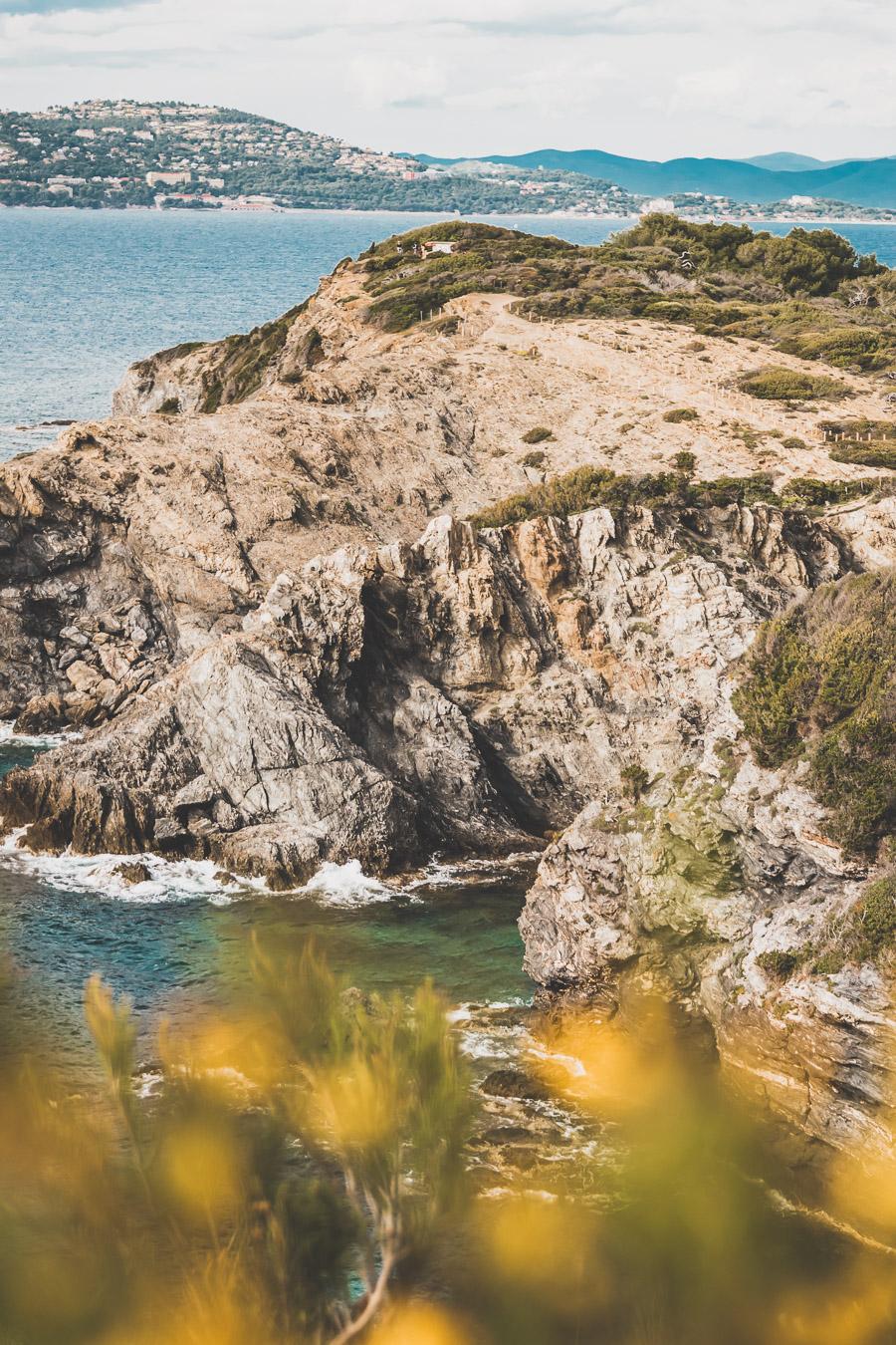 sentier du littoral dans le Var