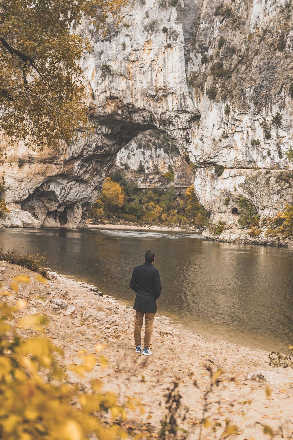 Vous vous demandez que visiter en Ardèche ? Faites un road trip en van et suivez le guide ! Ardeche france / Ardeche insolite / Ardeche frankrijk / Ardeche paysage / Ardeche camping / auvergne tourisme / Auvergne france / Auvergne rhone alpes / Auvergne-rhône-alpes / Auvergne frankrijk / Auvergne paysage / Vacances en France / Vacances plage / France paysage / Voyage en France / Voyage nature / Voyage en France / Destinations de voyages / Road trip France / Plus beaux villages de France /paysage